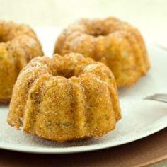Easy, Healthy, Mini Banana Bundt CakesBanana bread is one of those irresistible comfort foods that I just can't get enough of.Growing up, we'd always have banana bread around the… Best Vegetarian Recipes, Vegan Recipes Easy, Organic Recipes, Whole Food Recipes, Cake Recipes, Dessert Recipes, Ww Desserts, Banana Bundt Cake, Bundt Cakes