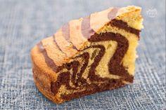 La torta zebrata è  un dolce soffice e bicolore realizzato con pochi e semplici ingredienti, che crea un divertente effetto zebrato.
