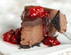 Чийзкейк с парченца шоколад и шоколадова глазура