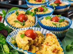 Muffins er veldig lett å lage og man kan tilsette de smakene man liker aller best. Disse smaker for eksempel pizza med pepperoni. Perfekte i matboksen, til lunsj eller i bursdagsselskap. Oppskriften gir ca 12 muffins. Husk at du trenger 12 muffinsformer.