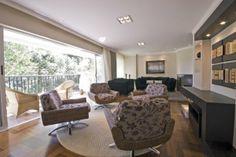 A sala de Josilaine foi projetada por Marina Canhadas e Sabina Bottarelli para acomodar grandes e pequenas reuniões. Ao fundo, o ambiente com sofás de veludo. Mais à frente, as poltronas de ratan (Marcelo Stammer/Divulgação)