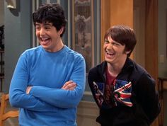 Drake & Josh stars Drake Bell and Josh Peck recently reunited at the MTV Video Music Awards. Are you a fan of the Nickelodeon TV show? Are you glad the two stars have made up? Drake Bell, Funny Boy, Funny Cat Memes, Funny Cartoons, Funny Gifs, Memes Humor, Funny Images, Funny Quotes, Funny Pictures