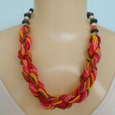 Maxi colar colorido feito de miçangas, bolinhas em abs e disquinho de madeira. R$ 12,00