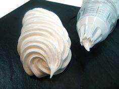 Meringue au sucre cuit (ou Italienne) - Utilisation : macarons. Parfaite pour  masquer les entremets, recouvrir les omelettes norvégiennes et  les tartes meringuées. Elle rentre aussi dans la composition des  crèmes au beurre,  soufflés glacés et autres mousses.  Et cerise sur le gâteau,  elle supporte parfaitement  la coloration au chalumeau !
