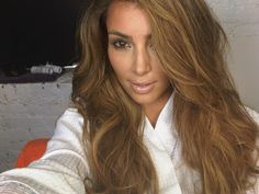 Has Kim Kardashian again turned blond? Even if not, her latest hairstyle looks so real. Summer Brown Hair, Honey Brown Hair, Light Brown Hair, Summer Hair, Summer 3, Dark Brown, Caramel Brown Hair Color, Brown Hair Colors, Hair Colour