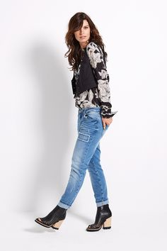 Morning Glow | Fashion | Blouse | Print | Flowers | Black | Gilet | Chic | Jeans | Lookbook