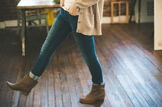 Tips, ideas and ways to look slimmer and leaner in jeans, whatever your body shape. #jeans #bestjeans #lovejeans #jeansforwomen #fashion #outfits #outfitinspo Project Runway, Jack Rogers, Kendra Scott, Lilly Pulitzer, Botines Casual, Tim Gunn, Ankle Boots Men, Sweater Boots, Long Boots