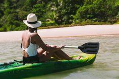Localizada na Vila do Outeiro, está a 5min de 3 praias: Espelho, Amores e Outeiro. Possui 7 suítes amplas, claras e arejadas, ar condicionado, TV, internet e fr #praia #Brisasdoespelho #mar #atividade #aventura #caiaque