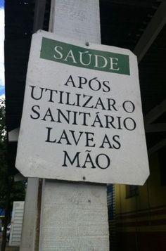 """Além dos erros de ortografia, problemas com concordância também aparecem em muitas placas. No caso dessa foto, o correto seria: """"Após utilizar o sanitário, lave as mãos"""""""