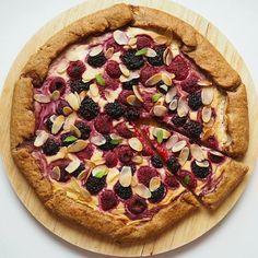 """Káťa N. na Instagrame: """"Špaldová galetka s tvarohem ovocem 💙 . Na těsto: 150g špaldové mouky 40g másla 40g mandlového másla @r3ptilecz 50ml ledové vody lžička…"""" Vegetable Pizza, Vegetables, Instagram, Food, Essen, Vegetable Recipes, Meals, Yemek, Veggies"""