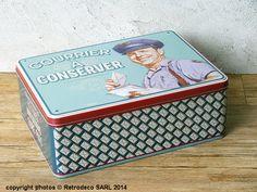 Impossible grâce à Natives de laisser traîner votre courrier grâce à cette boîte en métal embossé qui vous permettra de ranger ou de trier cartes postales, lettres, faire-parts, etc... Une création bien utile ambiance déco vintage et fifties.