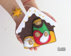 Ornamenti di natale candela ornamento per le di MyMagicFelt diy unique Christmas ornaments Candle felt ornament for Christmas tree decorations Christmas Candle ornaments Cute felt ornament Christmas favors Christmas Makes, Noel Christmas, Christmas Projects, Holiday Crafts, Homemade Christmas, Felt Christmas Decorations, Felt Christmas Ornaments, Nativity Ornaments, Nativity Scenes