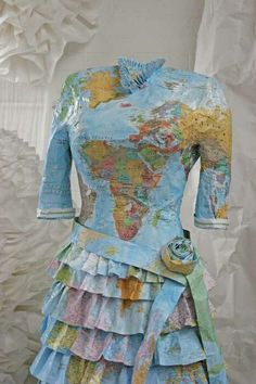 Map dress - recycling into clothes Paper Fashion, Fashion Art, Fashion Show, Vintage Fashion, Fashion Design, Style Fashion, Paper Clothes, Paper Dresses, Recycled Dress