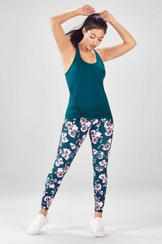 Getting dressed for your workouts is a cinch with our cinchable hem tank and printed compression leggings. Sporty Outfits, Outfits For Teens, New Outfits, Black And White Leggings, Yoga Pants Girls, Active Wear For Women, Get Dressed, Long Sleeve Tops, Clothes For Women