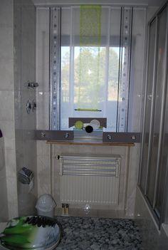 Moderner Schiebevorhang fürs Bad mit Ösen und Kreiselementen - http://www.gardinen-deko.de/moderner-schiebevorhang-fuers-bad-mit-oesen-und-kreiselementen/