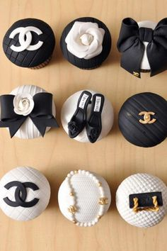 Designer Cupcakes - Chanel, but of course why not a wedding theme! Cupcakes Chanel, Chanel Cake, Chanel Cookies, Gucci Cake, Chanel Brooch, Chanel Party, Chanel Wedding, Cupcakes Bonitos, Beautiful Cupcakes