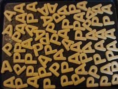 Les enfants ont réalisé des sablés P et A avec des emporte-pièces. Ils ont ensuite tamponné des P et des A, à la gouache, sur des bandes de cartonnette pour envelopper les sachets de biscuits.