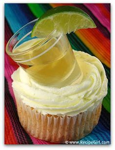 Cupcakes Margarita cupcakes with a shot of tequila (& a lime, of course). What a fun presentation for a Cinco De Mayo dessert!Margarita cupcakes with a shot of tequila (& a lime, of course). What a fun presentation for a Cinco De Mayo dessert! Margarita Cupcakes, Tequila Cupcakes, Margarita Party, Alcoholic Cupcakes, Yummy Cupcakes, Liquor Cupcakes, Drunken Cupcakes, Margarita Tequila, Icing Cupcakes