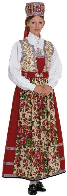 Wings of Whimsy: Traditional Norwegian Bride – Hallingdal – Frisyrer til bunad… Wings of Whimsy: Traditional Norwegian Bride – Hallingdal – Frisyrer för kostym – Folk Costume, Costume Dress, Costumes Around The World, Folk Clothing, Ethnic Dress, Bridal Crown, Traditional Dresses, Bridal Dresses, Clothes