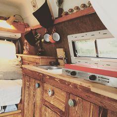 Holz-Küche und Ausbau mit flexiblem Gaskocher.