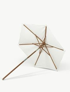 The Messina Parasol was designed for the Danish label Skagerak. The look of this shapely sunshade reminds us of the sails of a boat or of Asian umbrella Long Umbrella, Umbrella Cover, Indoor Outdoor Furniture, Outdoor Fabric, Outdoor Living, Catania, Parasol Covers, Parasol Base, Garden Parasols