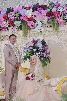 Bridal Hijab, Hijab Wedding Dresses, Bridesmaid Dresses, Wedding Photography Poses, Wedding Poses, Foto Wedding, Wedding Ring, Javanese Wedding, Wedding Styles