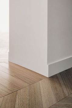 Since 1998 the Web Atlas of Contemporary Architecture White Baseboards, Modern Baseboards, Wooden Skirting Board, Skirting Boards, Interior Design Trim, Home Room Design, House Design, Baseboard Styles, Hallway Designs