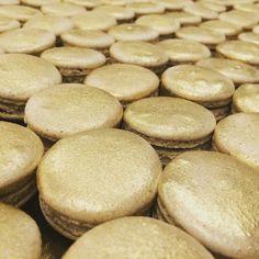 Dourado para um casamento chiquérrimo ! #maymacarons #macarons #macaronsdecorados #personalizado #nossosmacarons #dourado #gold #brilho