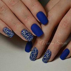 Синий матовый маникюр с вензелями