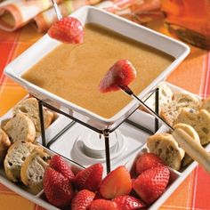 Another simple yet tasty maple recipe to help celebrate sugaring season. This fondue is great with fruit and other products typically served with chocolate fondue. Fondue Recipes, Wine Recipes, Mexican Food Recipes, Fondue Raclette, Bon Dessert, French Dishes, Yummy Food, Tasty, Melting Chocolate