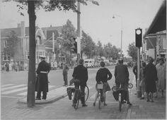 Verlengde Hereweg kruising met Helperbrink en Van Iddekingeweg met nieuwe verkeerslichten in 1961 - Foto's SERC