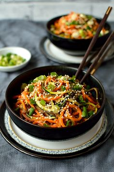 Colourful spiralized vegetable noodle bowls with spicy peanut sauce - quick, easy, healthy and delicious!