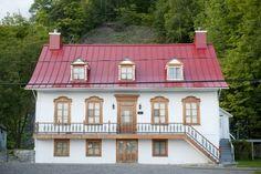 maison ancestrale quebecoise - Recherche Google Recherche Google, Mansions, House Styles, Home Decor, Beautiful Homes, Country Cottage Living, Decoration Home, Manor Houses, Room Decor
