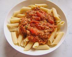 Een bord pasta is altijd lekker, maar met deze Tonijnsaus smaakt dit bordje niet alleen lekker, maar hemels. Hartig, zilt, zuur, zoet, fris en romig zijn hierin verwerkt en het