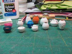 How to make paper pottery-Miniature Furniture Tutorial 1 inch minis Dollhouse Miniature Tutorials, Miniature Dollhouse Furniture, Miniature Crafts, Diy Dollhouse, Miniature Dolls, Dollhouse Miniatures, Miniature Kitchen, Barbie Miniatures, Vitrine Miniature