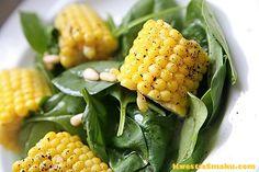 Kolba kukurydzy na szpinaku. Sałatka ze świeżą kukurydzą i młodym szpinakiem.