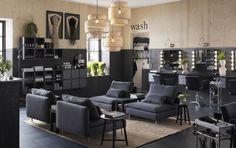 """Ein Frisörsalon, u. a. eingerichtet mit einem Wartebereich mit SÖDERHAMN Sitzelementen mit Bezug """"Samsta"""" in Dunkelgrau"""