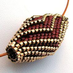 Floraison en pendentif rouge et or (2528) - une création sur mesure de fibres sable