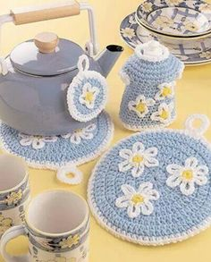 This roundup of 17 free daisy crochet patterns is sure to put a smile on your face. Any of these crochet flower patterns will brighten up your next project. Crochet Flower Patterns, Crochet Flowers, Crochet Ideas, Crochet Gifts, Free Crochet, Crochet Shawl, Crochet Hot Pads, Crochet Potholders, Potholder Patterns