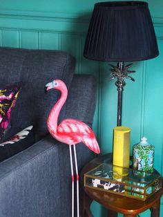 Colourful home decor: green walls, grey sofa, flamingo decoration, side table siding. Bohemian Interior Design, Interior Design Inspiration, Home Decor Inspiration, Modern Interior, Design Ideas, Life Inspiration, Interior Styling, Flamingo Decor, Mid Century Modern Living Room