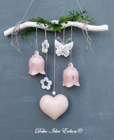 Fensterdeko  ♥ ... voluminöses Holz-Herz, Glockenblumen aus Keramik ... ♥ ♥ ... kleine Holzblumen und ein Metallschmetterling ... ♥ ♥ ... am Naturast, mit künstlichem Grün  ... ♥ ♥ ... Unikat...