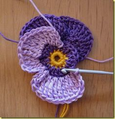 Crochet a pansy. Scroll down for english instructions.