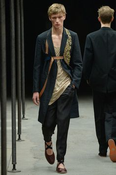 Armani Prive Fall 2015 Couture Hair and Makeup Timeless Fashion, High Fashion, Fashion Show, Mens Fashion, Fashion Outfits, Fashion Design, Fashion Trends, Fashion Menswear, Dries Van Noten