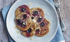 The easiest ever diet: Brilliant breakfasts - Blueberry & oat pancakes with toasted almonds Healthy Fast Food Breakfast, Good Healthy Snacks, Diet Breakfast, Breakfast Ideas, Healthy Eating, Oat Pancakes, Blueberry Pancakes, Waffles, 800 Calorie Diet