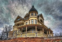 Eureka Springs Bed & Breakfast-Queen Anne House from Carthage Victorian Bed, Edwardian House, Victorian Homes, Victorian Architecture, Beautiful Architecture, Beautiful Buildings, Carthage Missouri, Arkansas Vacations, Eureka Springs Arkansas