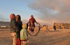 Ontheemde Afghaanse kinderen spelen in een vluchtelingenkamp bij Ghazni, een stad in het zuidoosten van Afghanistan. beeld AFP