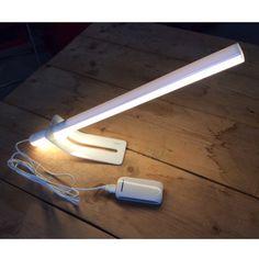 Modern vormgegeven multifunctionele design LED buislamp met houder/standaard (meerdere standen) en USB kabel. 20.000 branduren, touch bediening en dimbaar. Let op lamp verbruikt 1.2A, controleer of uw USB stekker hiervoor geschikt is!