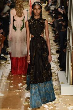 See all the Valentino Haute couture Spring/Summer 2016 photos on Vogue. Style Haute Couture, Spring Couture, Couture Week, Couture Fashion, Runway Fashion, Paris Fashion, Fashion Week, High Fashion, Fashion Show