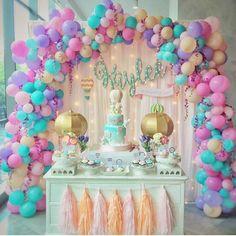 Gente, vejam a composição dos balões. Eles são basicamente a decoração. Um bolo…