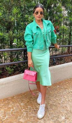 Como usar color block por Bianca Dacia. Look verde menta, com jaqueta cropped, slip dress, tênis branco e bolsa rosa.